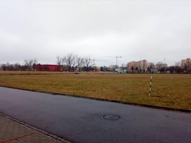 Dosud neupravené plochy mezi Parkem 4D a hokejovou halou na okraji sídliště Máj chce přeměnit českobudějovická radnice v další odpočinkovou zónu. Jinde na bývalém vojenském cvičišti směrem k Rošického ulici (na snímku) se mají stavět městské byty.