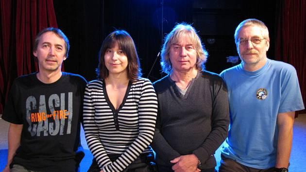 Folkový klasik Pavel Žalman Lohonka obměnil polovinu kapely. Noví členové zleva, kytarista Pavel Malina a zpěvačka Michaela Hálková.