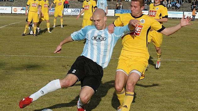 V prvním letošním derby hráli fotbalisté S. Ústí doma s juniorkou Dynama 0:0 (na snímku z tohoto utkání Petr Martínek bojuje s budějovickým Michalem Rakovanem).