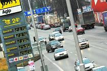 Také v pátek se řidiči v Českých Budějovicích mohli těšit z velice příznivých cen pohonných hmot. Například oproti nedávné letní sezoně se teď ceny za Natural 95 i Diesel pohybují až téměř o deset korun na litr níž! Náš snímek je z Dlouhé louky.