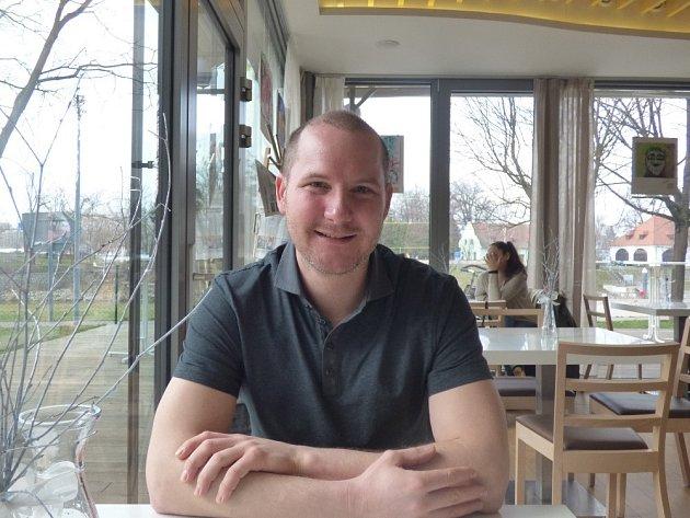 Curling je jedním z olympijských sportů. Více jsme si o něm povídali s Kamilem Feitlem, členem jediného místního týmu.
