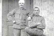 """""""Vede se nám špatně, moc hladu, žízně a velký horka,"""" psal svým příbuzným z fronty František Prokeš (vpravo vsedě)."""