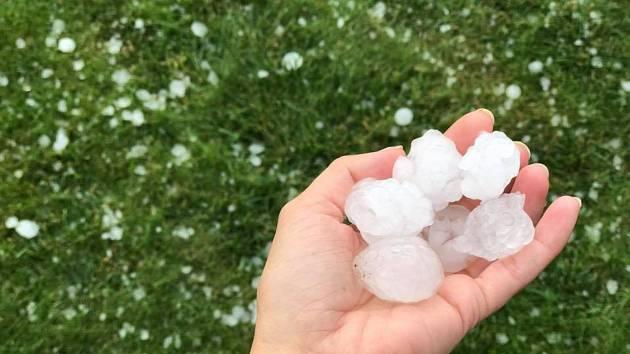 Část Jihočeského kraje, zejména Českobudějovicko, zasáhly v neděli odpoledne intenzivní bouřky doprovázené silným deštěm a krupobitím. Snímek je ze Starých Hodějovic.