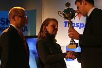 Cenu za nepřítomného jihočeského sportovce rokupřevzali od jihočeského hejtmana Jiřího Zimoly rodiče Tomáše Vernera.
