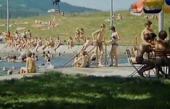 Záběr zfilmu Neříkej mi majore! Natáčelo se ina koupališti vHorní Stropnici.