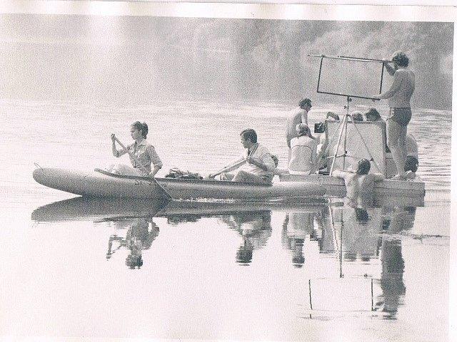 V jižních Čechách se natáčel film Svatební cesta do Jiljí. Filmaři na řece u Buzkova (osada stejného jména zanikla po vzniku Hněvkovické přehrady) nedaleko Purkarce v oblasti u Týna nad Vltavou. Za kanoí s hlavními hrdiny plula loď štábu.