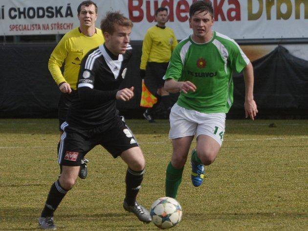 V minulém přípravném utkání fotbalisté doma porazili Č. Krumlov 5:1 (na snímku Michala Řezáče atakuje krumlovský Jakub Rozkošný).