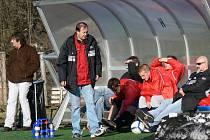 Lavička FC Mariner Bavorovice, na které kraluje kouč Karel Franěk. Požádal Jana Antona, aby se vrátil do týmu.
