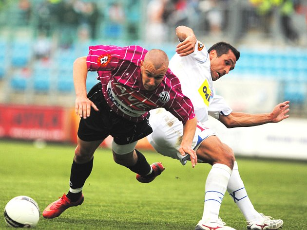 Tomáš Stráský (na snímku z duelu s Brnem padá po souboji s Martinem Živným), jenž si díky své vitalitě vybojoval pevnou pozici v útočné dvojici Dynama, na Žižkově pro svalové zranění nedohrál.