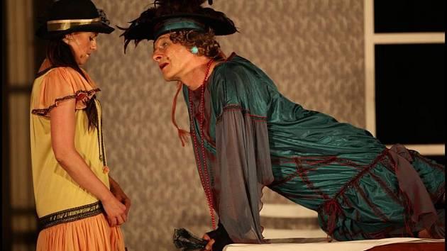 První představení, v němž se herci Divadla Pikl představí na nádvoří zámku Ohrada, bude Charleyova teta. Uskuteční se 12. července.