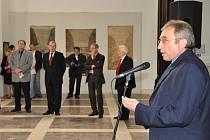Absolutní moc bude mít nyní podle propuštěného kurátora Alšovy jihočeské galerie její ředitel Lubomír Bednář (na snímku z vernisáže výstavy Karla Zlína, kterou pak nechal skandálně svěsit kvůli tomu, aby tam mohla mít oslavu firma Koh-i-noor Hardmuth.)