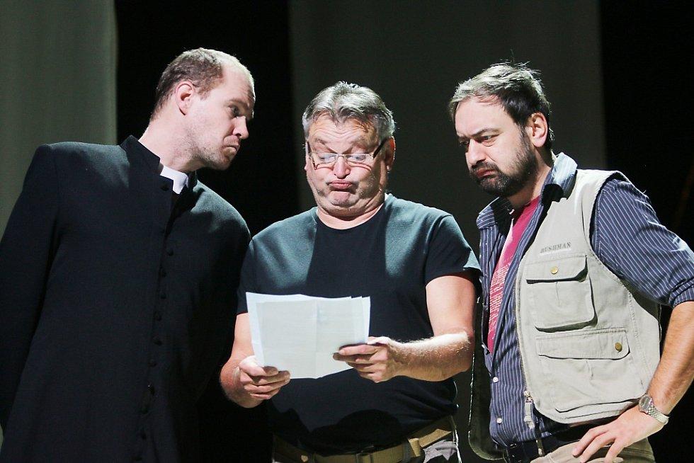 Jihočeské divadlo připravilo na 11. listopad premiéru hořké balkánské komedie Knězovy děti. Zleva na snímku Pavel Oubram, Jan Dvořák a Petr Halíček.