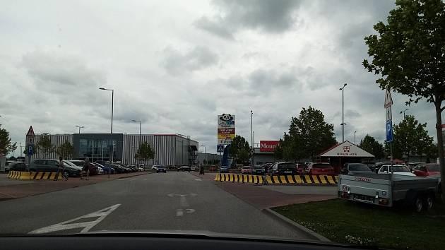 Má přednost vozidlo ve výhledu, nebo auta vyjíždějící zprava z parkoviště od Bauhausu?