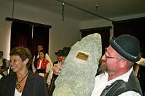 Jeden z členů souboru Doudleban při přebírání pamětního kamene.
