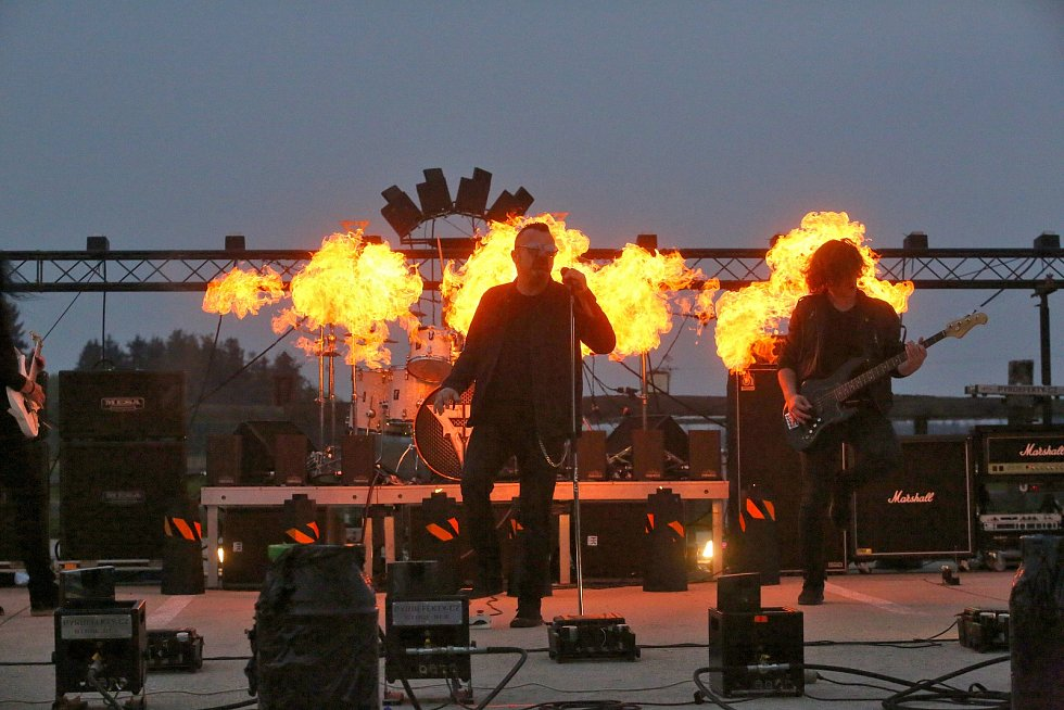 Muzikanti z hudební skupiny Seven natočili se svými přáteli videoklip, ve kterém bylo použito 63 výrobníků plamene a dalších 150 další podiových pyrotechnických efektů. Ohně připravil Tomáš Libich.