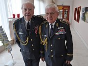 """Příslušníci RAF plukovník Alois Dubec (vlevo) a generál Emil Boček se sešli v úterý v Českých Budějovicích při benefičním koncertě na podporu výstavby památníku válečným letcům. """"Do jižních Čech jezdíme moc rádi,"""" shodli se."""