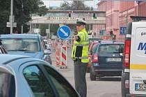 Policista řídí dopravu na křižovatce ulic Mánesova a Lidická.