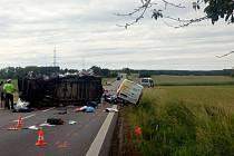 Dopravu na hlavním tahu mezi Českými Budějovicemi a Pískem komplikovala v pondělí odpoledne nehoda autobusu a dvou dodávek.