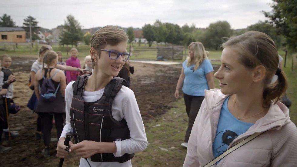 Lenka Hlavatá pracovala jako dobrovolník, zapojila se do aktivit Potravinové banky, do programu traumatizovaných dětí a do pomoci při hipoterapii dětí.