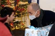 Děti z dětského domova v Písku našly pod Stromem splněných přání dárky.