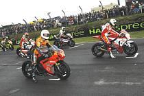 Matěj Smrž (zcela vlevo) sice startoval do závodu v Brands Hatch až ze třetí řady, ale cílem prvního kola už projížděl jako třetí. Do cíle sice nedojel, ale na trati byl pořádně vidět.