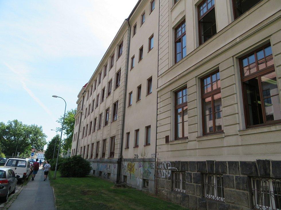 Z budovy SPŠ v Dukelské ulici v Českých Budějovicích ve středu 16. června brzy ráno vyskočil mladík. Pravděpodobně se chtěl dobrovolně připravit o život.