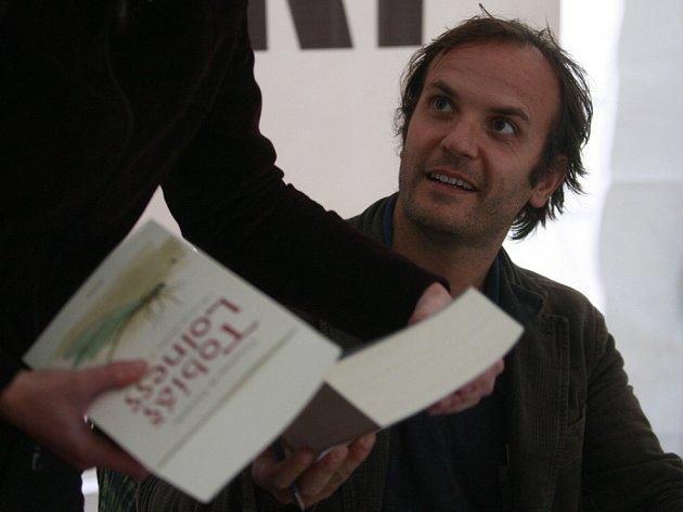 Spisovatel Timothée de Fombelle, autor románů Tobiáš Lolness či Vango, podepisuje své romány na táborském festivalu Tabook.