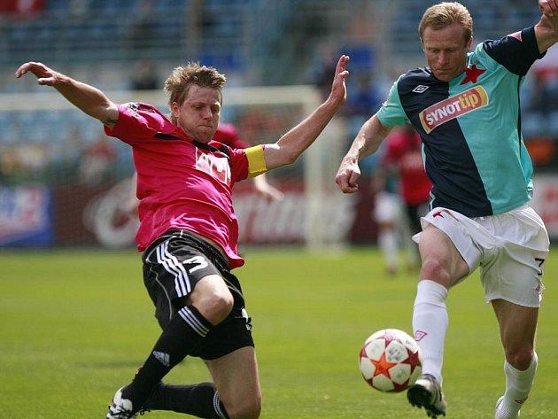 V lize hrálo Dynamo v květnu se Slavií 1:1 (na snímku z tohoto duelu David Horejš bojuje se slávistou Stanislavem Vlčkem), jak dopadne zápas obou týmů v úterý v Nové Včelnici?