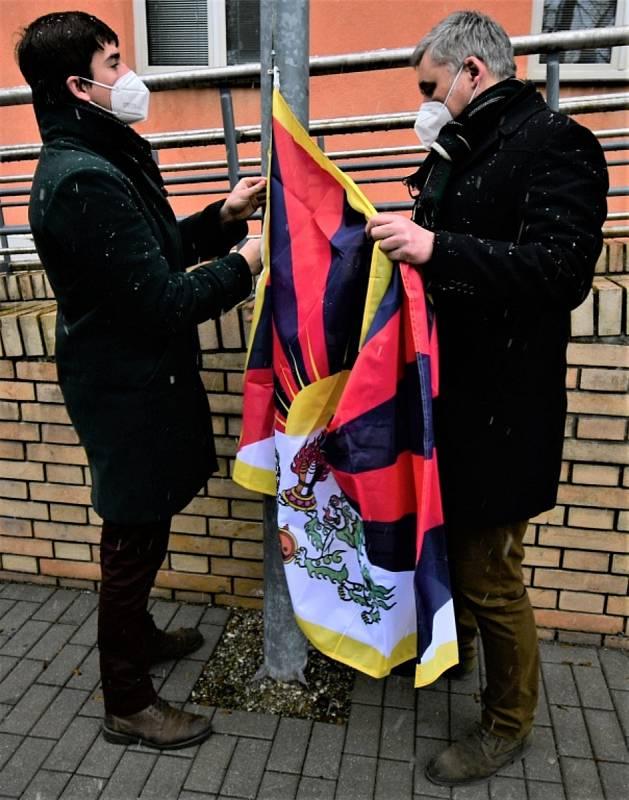 Vlajky pro Tibet zavlály i v jižních Čechách. Před Krajským úřadem Jihočeského kraje vyvěsili vlajku Tibetu náměstci hejtmana František Talíř (vlevo) a Pavel Klíma. Foto: KÚ JčK