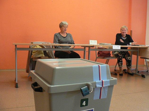 Druhé kolo senátních voleb provází tradičně malý zájem voličů. Okrsková volební komise v sobotu ráno ve stavárně v českobudějovické Resslově ulici.