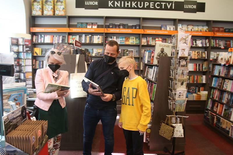 Znovuotevřeno v České Budějovice, rodina Tůmových z Hluboké při výběru knih z knihkupectví Luxor