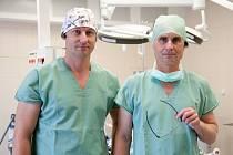 Plastické operace jsou otázkou precizní týmové práce. Primář Vladimír Mařík (na snímku vpravo) s kolegou Pavlem Kurialem mají na svém kontě řadu unikátních zákroků.