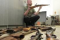 Odevzdané zbraně zkoumají specialisté z odboru kriminalistických technologií a expertiz jihočeské policie. Jsou pouze dva, Vladimír Hospodářský a Oldřich Hořava.