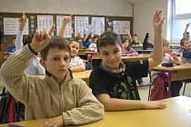 Na otázku, kdo je rád, že už se vrátil zpět do své lavice, ať zvedne ruku, okamžitě vylétla vzhůru většina paží žáků IV.B Základní školy Máj II. Z návratu mají radost i Miroslav Gajdošek a Jiří Zajíček.
