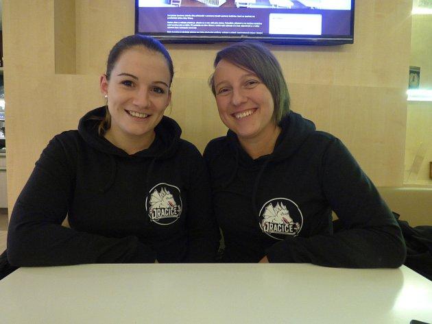 """""""První trénink byl takový, že jsme nevěděly, co si obléknout jako první. Dokonce jsme párkrát na něco i zapomněly,"""" vzpomínaly na své hokejové začátky Markéta Klímová (vlevo) a Barbora Beránková."""