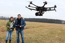 Možná nastává éra bezpilotních letadel, tzv. dronů. Firma IDVIDEO je využívá pro focení a natáčení ze vzduchu. Aby mohl dron řídit, musel Radomír Thaler (na snímku s kolegyní) složit pilotní zkoušku.
