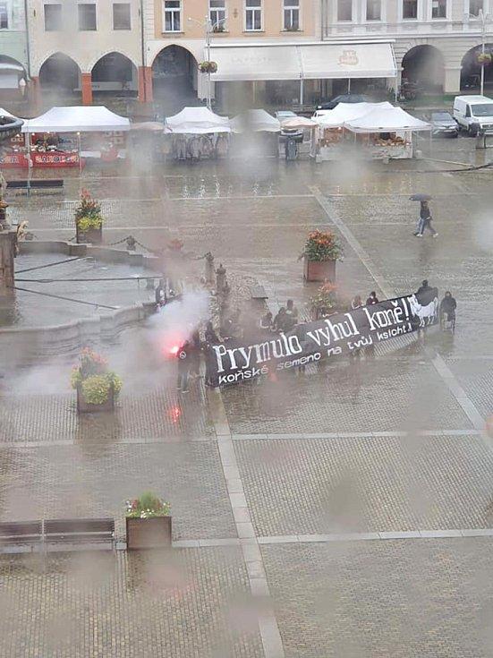 Dým zahalil v pátek navečer kašnu na náměstí Přemysla Otakara II. v Českých Budějovicích.