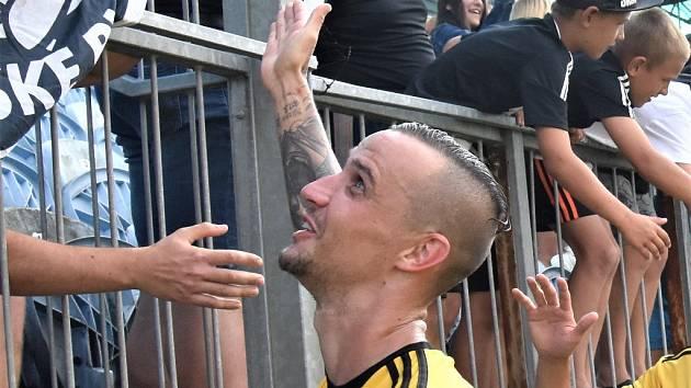 Fotbalisté Dynama vyhráli i ve Vítkovicích. Na snímku Jiří Kladrubský, jenž nahrával Novákovi na vítězný gól.
