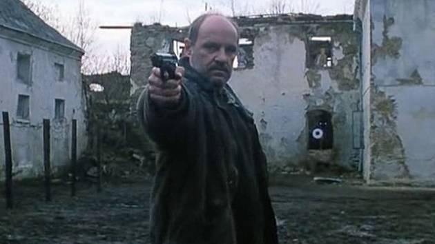 Bývalý legionář Strehlow na dvoře statku v Kuří náruživě střílí do terčů, které má mj. v oknech.
