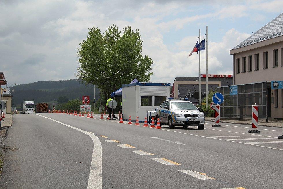 Na hraničním přechodu na Dolním Dvořišti policisté kontrolují všechna zahraniční osobní auta.