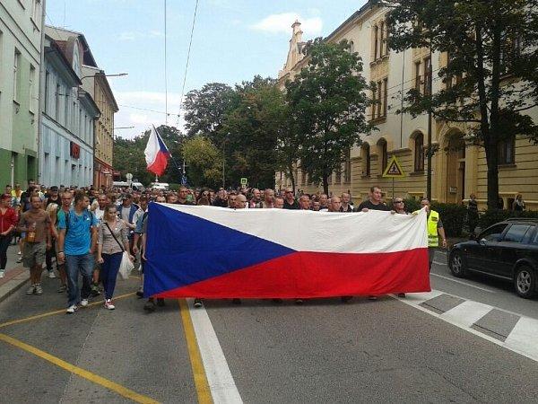 pochod demonstrantů na Husově třídě.