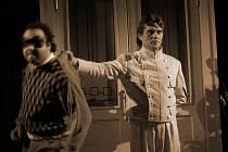 Komedie Saturnin se v Jihočeském divadle hraje rekordních deset let, premiéra byla v roce 2005. Na snímku zleva Václav Vodička a Roman Nevěčný.