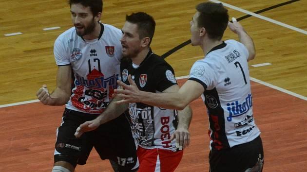 Volejbalisté Jihostroje České Budějovice Kuliha (zleva), Kryštof a Michálek