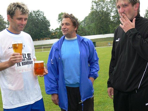 """iří Kubeš (uprostřed) rozmlouvá s """"radou starších"""" – kapitánem týmu Račákem (vlevo) a René Klimešem."""