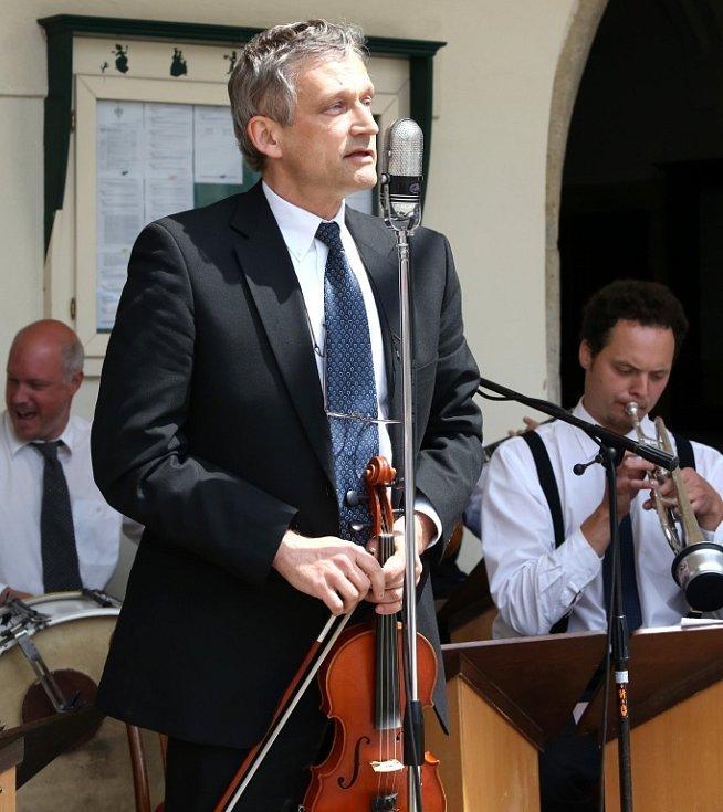 Obnovená kapela Schwarzenberské gardy hrála 5. července na náměstí v Českém Krumlově. Na snímku houslista a zpěvák Zbyněk Malý.