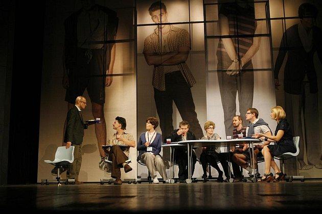 Jihočeské divadlo uvede premiéru hry Kdo je tady ředitel. Jde o adaptaci filmu režiséra Larse von Triera.