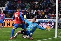 V lize na jaře Dynamo v Plzni smolně prohrálo 1:0 (na snímku brankář Drobný zasahuje před Řezníkem), jak to bude v Plzni v sobotní přípravě?