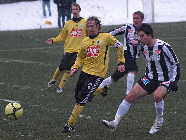 Po zápasech v Salcburku a Linci (na snímku z tohoto utkání vpředu zkušený Rudolf Otepka, v pozadí mladý Pavel Novák) čekají fotbalisty Dynama dva zápasy na Slovensku: ve středu s Petržalkou, v pátek s Dubnicí.