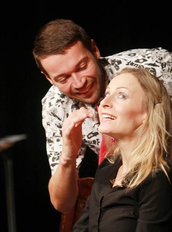 Projekt scénického čtení Listování oslavil 30. listopadu v Českých Budějovicích deset let. Na snímku Lukáš Hejlík a Lenka Janíková.