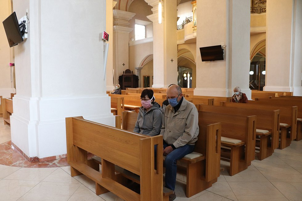 Mše v českobudějovické katedrále sv. Mikuláše se zúčastnilo ve čtvrtek pár lidí.